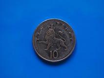 10个便士硬币,在蓝色的英国 库存图片