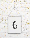 6个六岁小孩生日聚会与金黄五彩纸屑的卡片文本 免版税图库摄影
