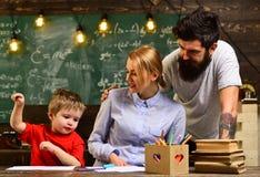个别辅导在家坐在书桌旁边在专人上课期间,有些学生通过听,老师学会最好创造感觉 免版税库存照片