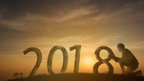 2018个剪影推挤和结束2018年的商人尝试与 库存图片