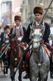 70个参加者游行,二十匹马和游行乐队的四十名成员宣布了下300 Alka 库存图片