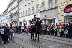 70个参加者游行,二十匹马和游行乐队的四十名成员宣布了下300 Alka 免版税库存图片