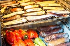 整个和切的茄子和蕃茄在烘烤盘子 库存图片