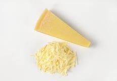 整个和被磨碎的帕尔马干酪 库存图片