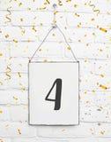4个四岁小孩生日聚会与金黄五彩纸屑的卡片文本 免版税库存图片