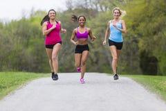 3个女孩跑步 免版税库存照片