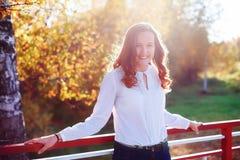 15个妇女年轻人 太阳光的美丽的女孩 秋天公园 免版税库存照片