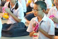 整个学生组织付尊敬到他们的老师的仪式 免版税库存图片