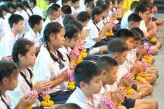 整个学生组织付尊敬到他们的老师的仪式 库存照片