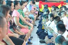 整个学生组织付尊敬到他们的老师的仪式 免版税库存照片