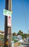 2个小时停车处和禁止停车标志 免版税库存照片