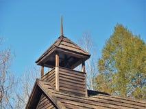 1897个庭院小河施洗约翰教堂尖顶  免版税库存图片