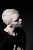 个性 有短的理发的迷人的穿着体面的白肤金发的妇女 免版税库存图片