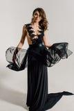 个性 黑正式舞会晚礼服的体贴的典雅的夫人 免版税库存图片