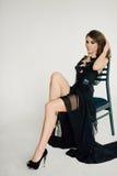 个性 黑正式舞会晚礼服的体贴的典雅的夫人 免版税库存照片