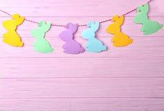 2个所有时段小鸡概念复活节彩蛋开花草被绘的被安置的年轻人 有五颜六色的纸兔宝宝的诗歌选 库存照片
