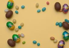 2个所有时段小鸡概念复活节彩蛋开花草被绘的被安置的年轻人 时髦的框架背景用鹌鹑、金子和蓝色与拷贝空间的复活节彩蛋文本的 查出在背景 库存照片