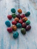 2个所有时段小鸡概念复活节彩蛋开花草被绘的被安置的年轻人 在一个篮子的鹌鹑蛋在木背景 库存图片