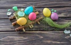 2个所有时段小鸡概念复活节彩蛋开花草被绘的被安置的年轻人 库存照片