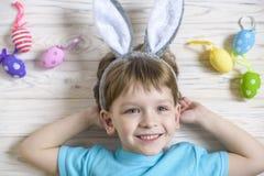 2个所有时段小鸡概念复活节彩蛋开花草被绘的被安置的年轻人 愉快的逗人喜爱的准备好儿童佩带的兔宝宝的耳朵复活节 库存照片