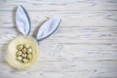 2个所有时段小鸡概念复活节彩蛋开花草被绘的被安置的年轻人 愉快的逗人喜爱的准备好儿童佩带的兔宝宝的耳朵复活节 免版税库存照片