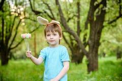2个所有时段小鸡概念复活节彩蛋开花草被绘的被安置的年轻人 愉快的逗人喜爱的准备好儿童佩带的兔宝宝的耳朵复活节 库存图片