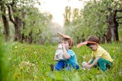 2个所有时段小鸡概念复活节彩蛋开花草被绘的被安置的年轻人 愉快的逗人喜爱的准备好儿童佩带的兔宝宝的耳朵复活节 免版税库存图片