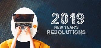 2019个新年与使用膝上型计算机的人的决议 库存例证