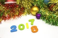 2018个新年好闪亮金属片和圣诞节球装饰背景 库存照片