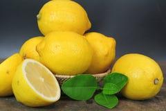 整个新鲜的柠檬和切片 免版税库存图片