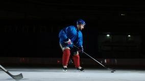 2个曲棍球运动员战斗为顽童的,腿,冰鞋接近的视图 股票视频