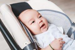 2个月大新出生的混合的族种亚裔白种人男孩特写镜头画象  自然室内照明设备 凉快的口气 库存图片