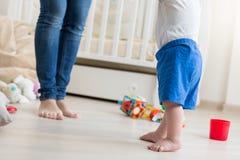 10个月特写镜头做第一步的男婴在居住的r 免版税库存照片