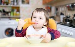 18个月男婴吃 库存照片