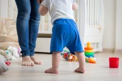 10个月的特写镜头图象在家做第一步的小孩男孩照顾 免版税库存照片