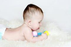 4个月的婴孩年龄与吵闹声的 免版税库存照片
