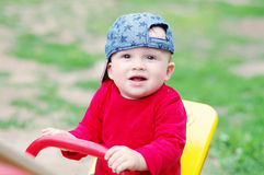 10个月的婴孩年龄在夏天蹒跚地走户外 库存照片