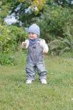 11个月的婴孩年龄用棍子在公园 库存照片