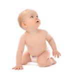 9个月婴儿儿童小小孩坐的或爬行的查寻 免版税库存图片