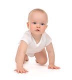 10个月婴儿儿童小小孩爬行的愉快微笑 免版税图库摄影