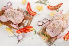 整个未加工的鸡用香料和草本在木桌上 库存图片