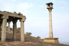 24个柱子大厅和一根Manastambha或者柱子在Chennanna Basadi, Vindhyagiri小山, Shravanbelgola,卡纳塔克邦前面 图库摄影