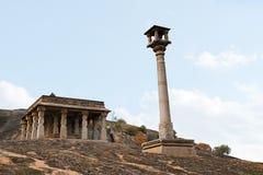 24个柱子大厅和一根Manastambha或者柱子在Chennanna Basadi, Vindhyagiri小山, Shravanbelgola,卡纳塔克邦前面 库存照片