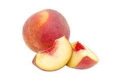 整个桃子和两个桃子切片 免版税库存图片