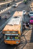 555个桔子曼谷公共汽车 免版税库存照片