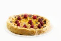 整个樱桃和莓饼 免版税库存图片