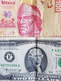 100个比索和美国人墨西哥钞票二美金、背景和纹理 免版税图库摄影