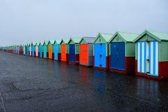 40个海滩线与消失透视的多彩多姿的门的 免版税库存照片