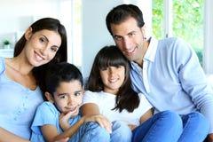 1个演奏纵向空间s坐的一起微笑的男婴儿童系列父亲楼层愉快的家庭母亲老父项年年轻人 免版税库存照片