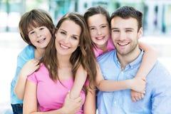 3个照相机长沙发系列女孩查找关于坐的母亲橙色纵向他们那里 免版税图库摄影
